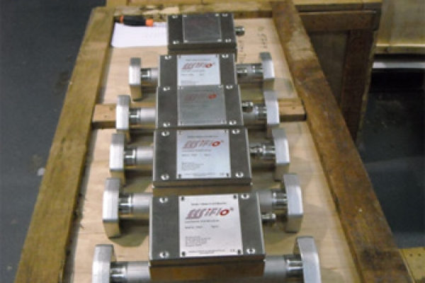 Fig 1. Oil monitors with SAE Flanges